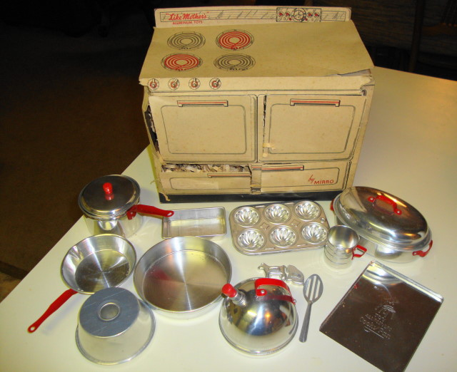 1951 Mirro Range w/ 16 pc. Aluminum Set.